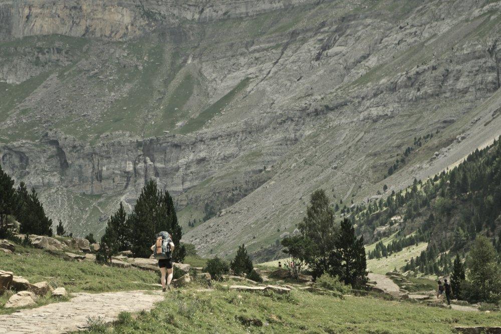 Soaso  og bunden af  Ordesa.  Man kan ane stien der går fra højre side af billedet op og til venstre.