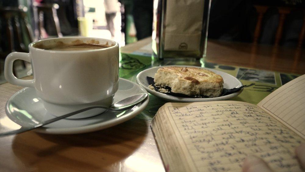 Kaffe, kage og logbogs-skrivning imens den sidste regn forsvinder.