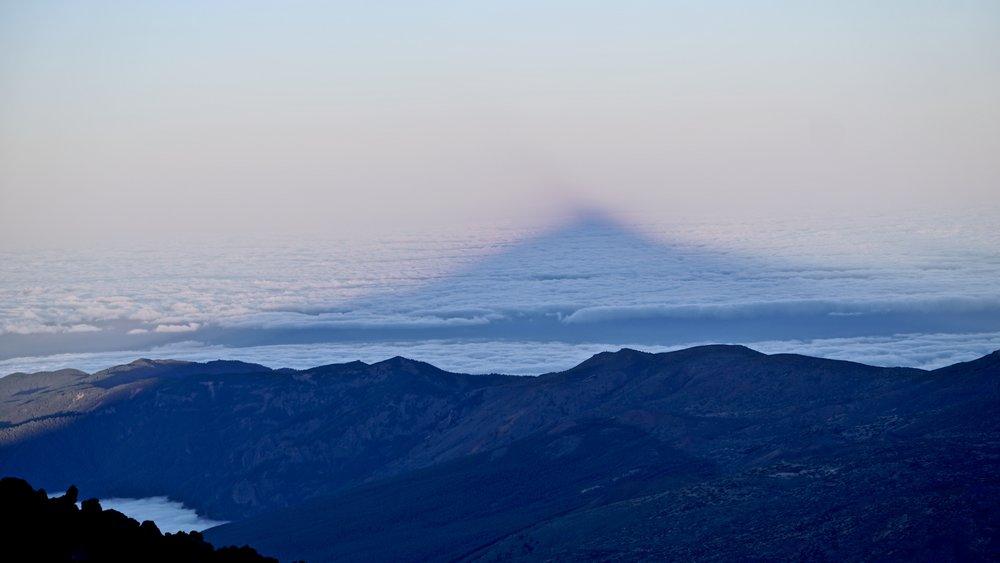Teide smider sin flotte skygge i skyhavet om aftenen for refugiet