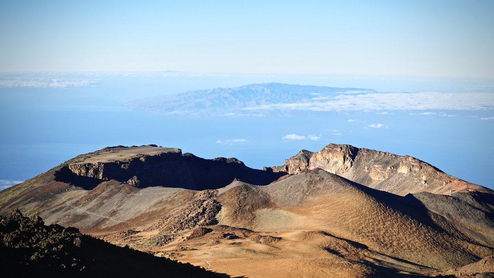 Pico Viejo er Teides lillebror med et flot krater - her med øen La Gomera i baggrunden.