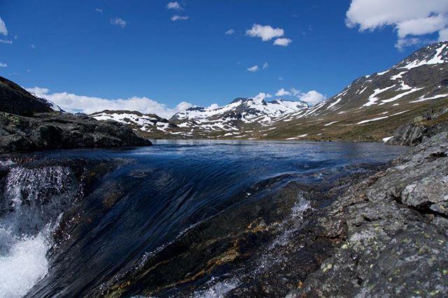 Hellertjønnes afvanding ned i Hellerfossen. ⠀ -⠀ Juni 2018⠀ -⠀ #opdagverden #friluftsliv #udpåtur #jotunheimen #vandretur #hellerfossen #hellertjønne