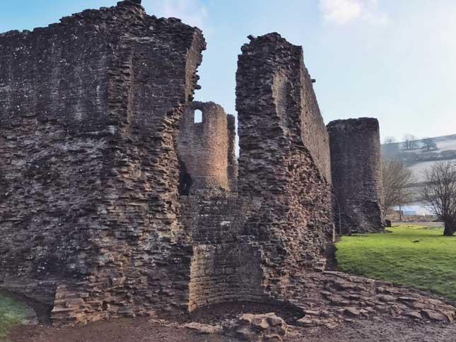 Skenfrith_Castle1.jpg