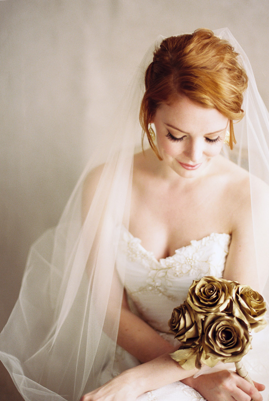 Drop veil with wedding dress and gold bouquet | by Lara Lam Photography