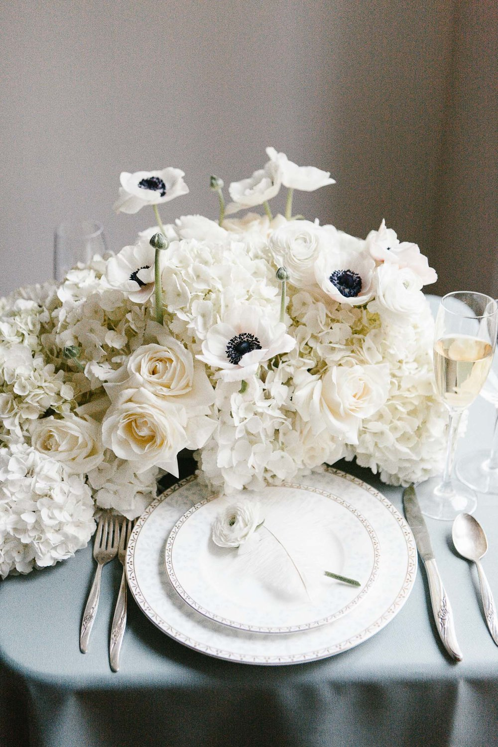 white roses romantic place setting decor ideas