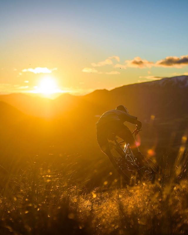 More @natehills1 this time sunrise shred on cheeseman dh.  #craigieburntrails #castlehill  #bikes #mountainbike #mountains #newzealand #lifebehindbars #sicktrail #gooutside #optoutside #sunrise