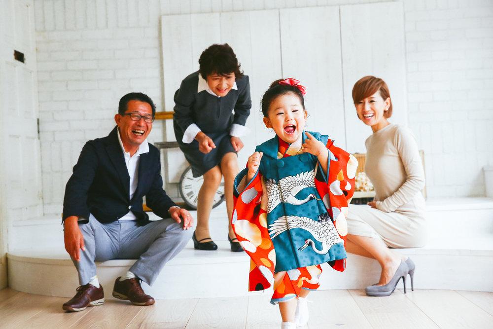 横浜のスタジオで自由に走り回る七五三での家族写真撮影風景