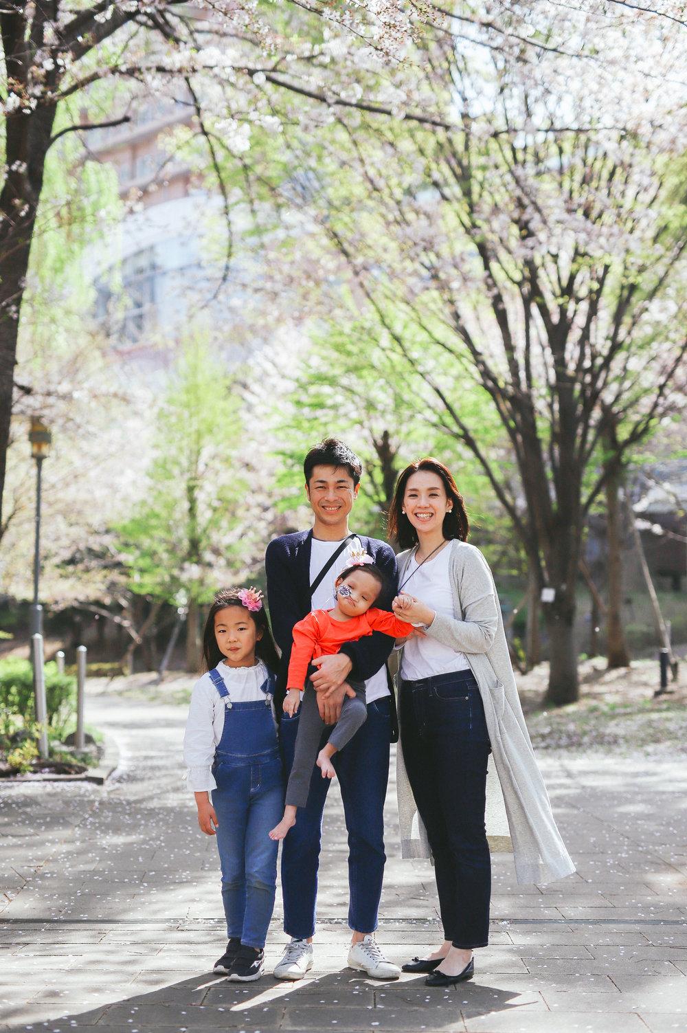 成育医療センターの桜の下でファミリーフォト