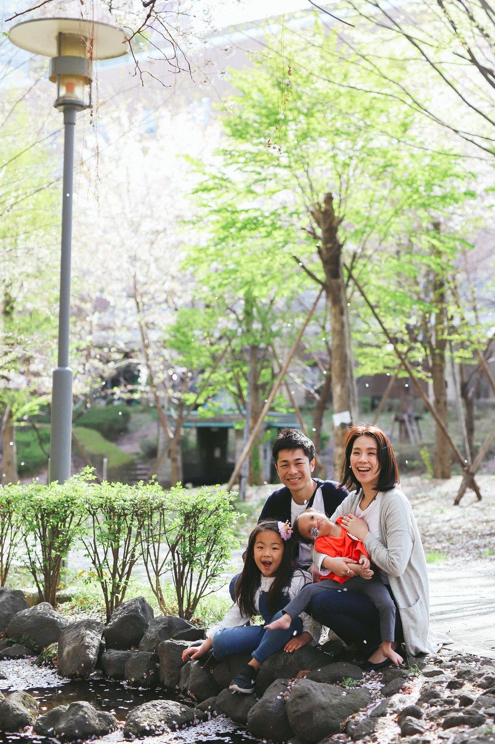 桜吹雪と家族写真
