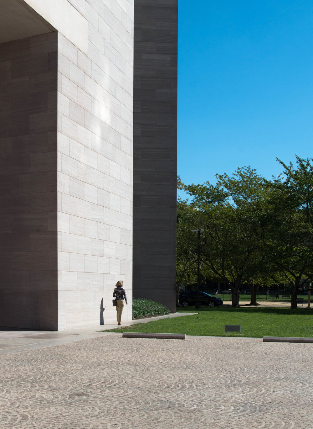 2015_09_14 washington_dc national gallery east_exterior woman V1.jpg