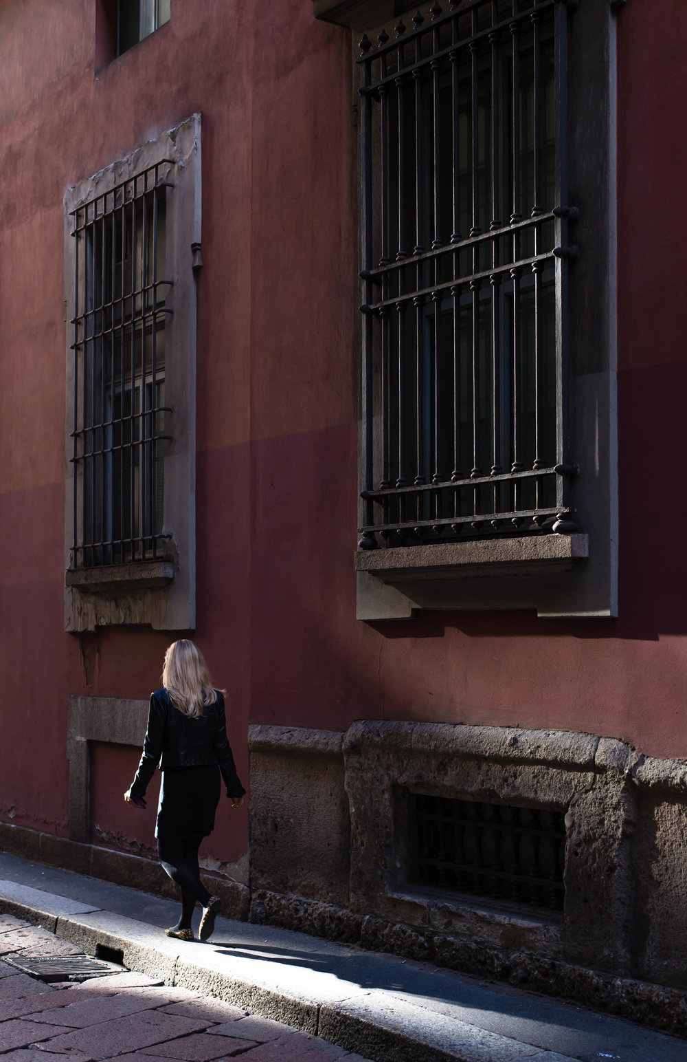 2015_10_16 milano_italia woman in alley morning 1 V1.jpg