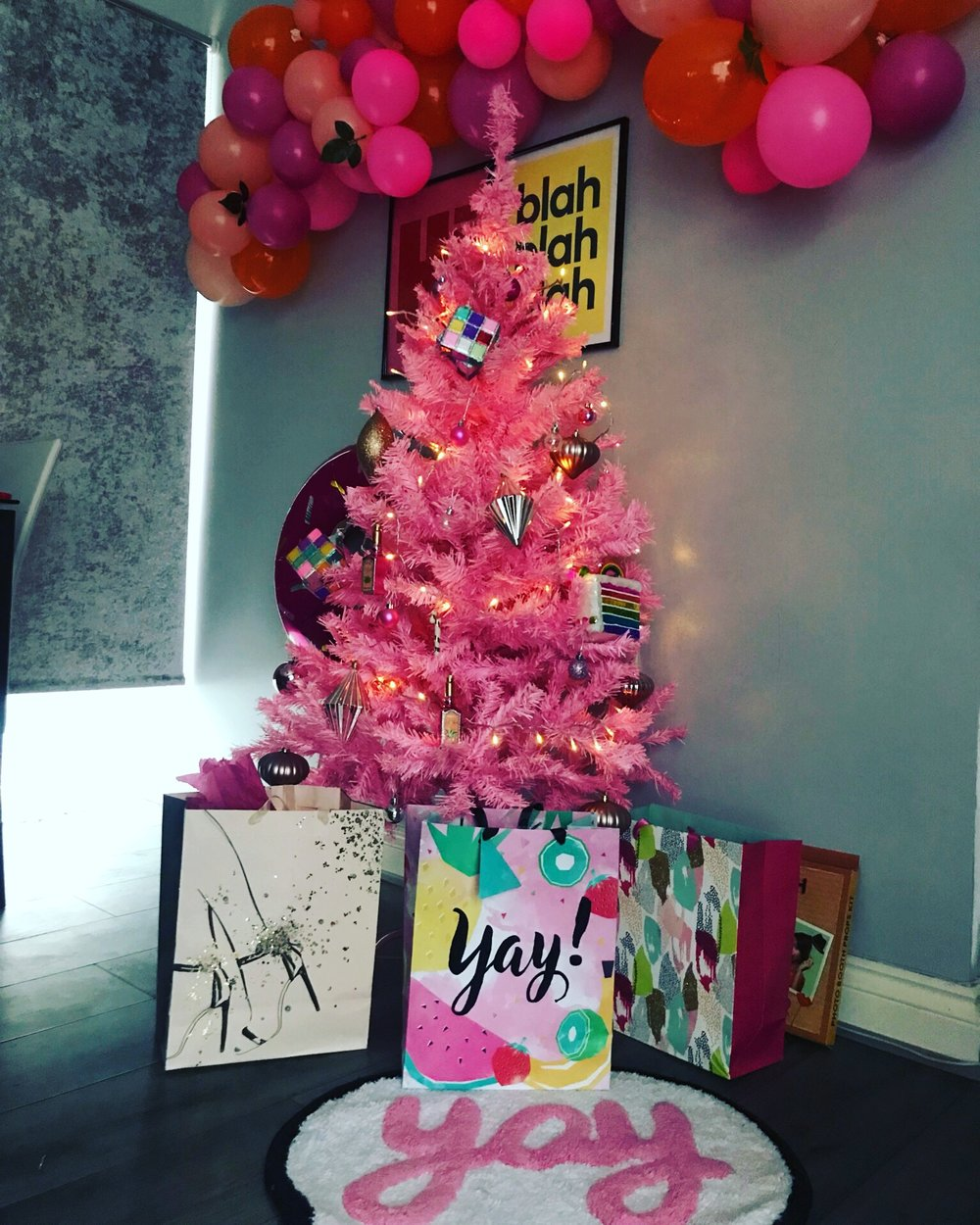 """CHRISTMAS 2018: THE ULTIMATE GIFT GUIDE - Christmas has been a special time of the year for me for as long as I can remember. There's something about the feeling of """"togetherness"""" that I appreciate most at Christmas than I do throughout the year. Strange, I know!For me, it's all about giving. I remember being a little girl and being so spoiled with gifts at Christmas; by family, friends and even at School. Since then, I've realised that the most exciting part for me will be to watch my children share that same joy someday. But until then, it's just me, my fur boys and the fam! & I'm looking forward to my favourite part of all during the festive period… the food and the shopping.Speaking of shopping, Christmas is literally just over a week away. & if you're stuck for some last minute ideas, I hope you find my Xmas gift guide useful.Have a good one!Sx"""