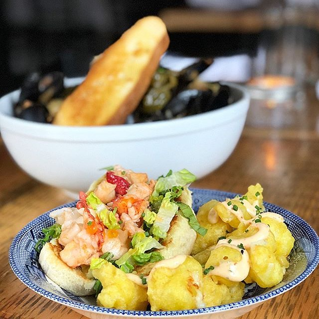 What's your favorite? Chorizo mussels, lobster roll, cheese curds or all of the above? Don't miss trivia quizzo tonight at 8:30pm with @quizzowithkasia! 🤙 #cheersdaddyo #ginandpop #ginandpopphilly