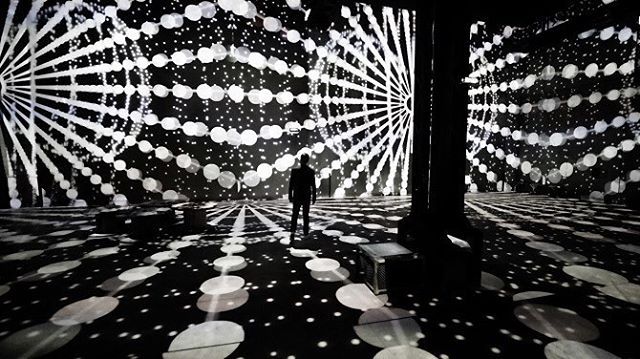 @ouchhh uses AI to develop an audio visual exhibition, 'Poetic AI' at Atelier des Lumières. The machine educates itself by learning from theories, articles and books about light, physics and space-time written by scientists who changed the world. 136 projectors are used to refract the 20 million lines of text and information.