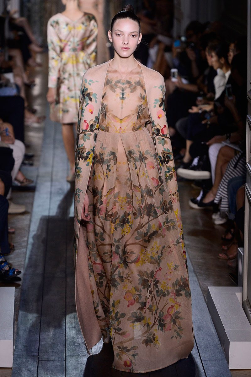 valentino-fall-2012-couture-runway-18_110231324327