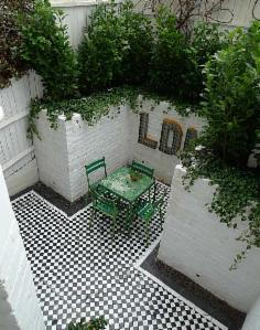 _wsb_236x361_mosaic+courtyard+garden+with+white+walls+black+and+white+tiles+and+soft+planting