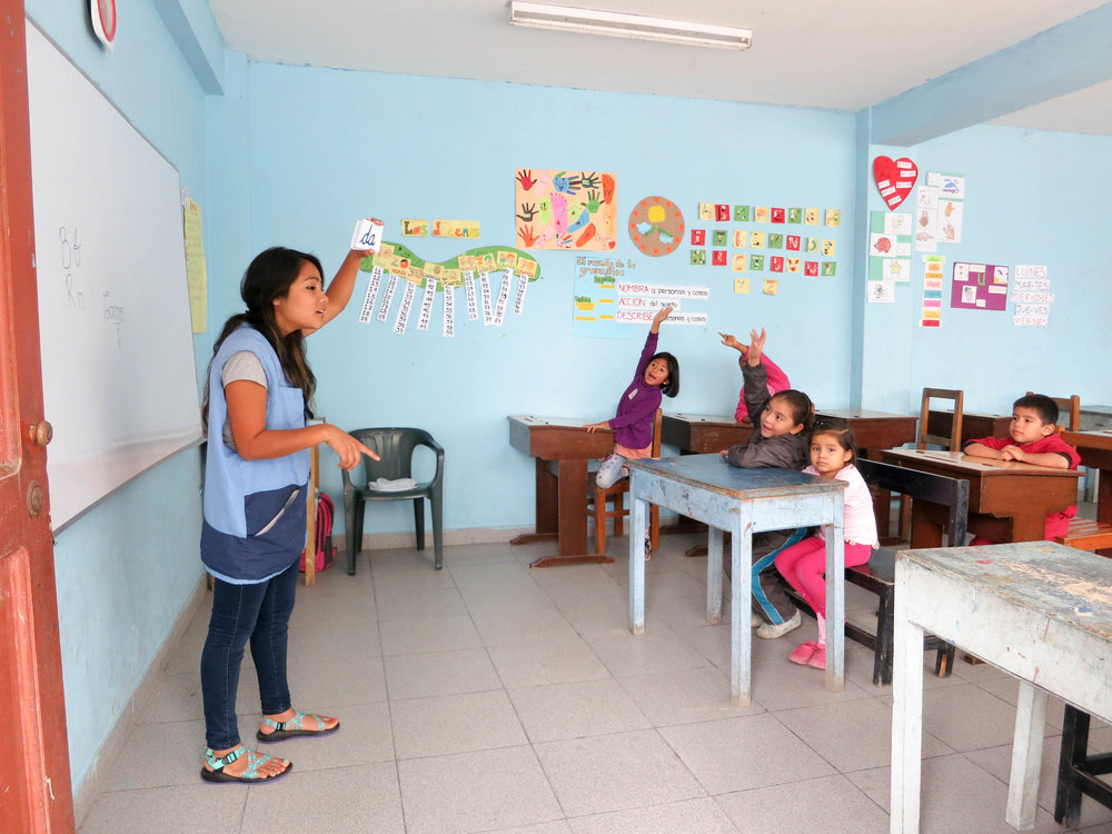 Classroom teaching English in Peru - SKIP