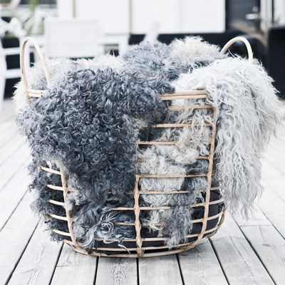 Shepherd Of Sweden - Hos Shepherd Of Sweden kombinerer de tradisjonell, svensk håndverk og moderne design med det beste materiale de vet om; saueskinn. Dette resulterer i tidløse og vakre produkter.