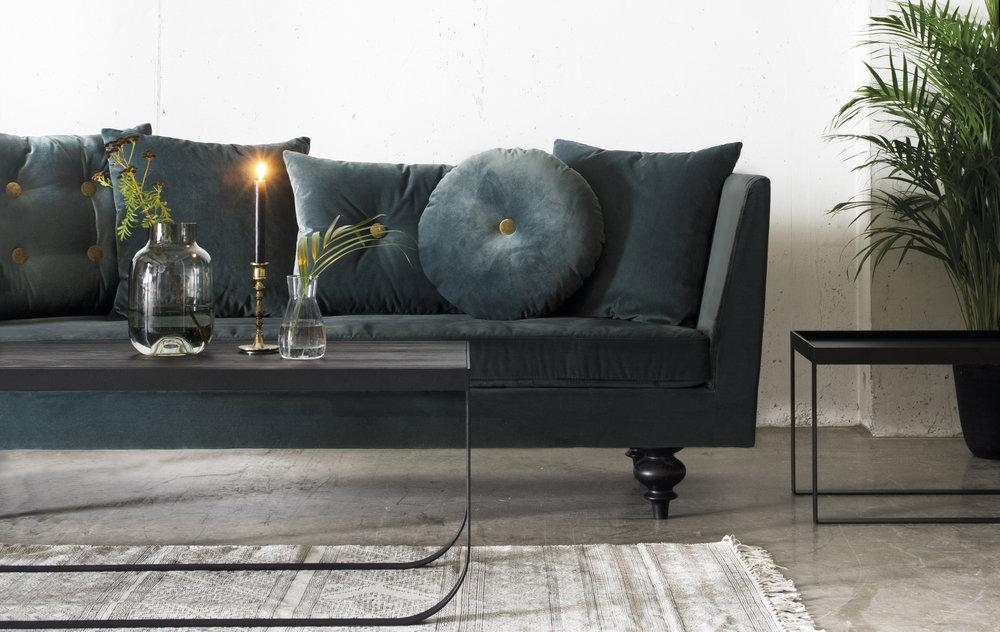 Velour på både møbler og puter er trendy i år.