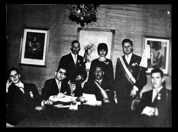 Juryn i E M Sandahl Foundation i Berns Salonger år 1966. Nedre raden från vänster: Lars Pluto Johannison, Anders-Börje Larsson, Curt I Blomberg, Björn Halling. Övre raden: Karl-Gustav Adestam, Christina Blomberg, Ulf von Roth.