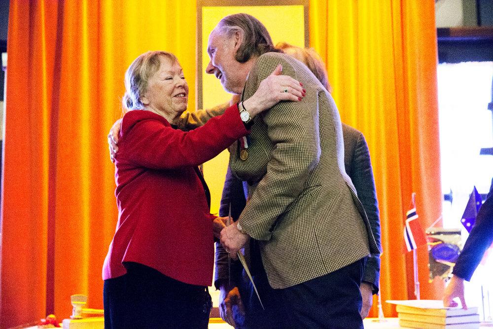 "Lars ""Blomman"" Blomberg delade ut seniorpriser ur Curt Blombergs minnesfond till Irma Balzano"