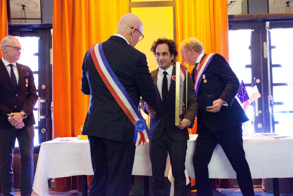 Markus Aujalay välkomnas som ledamot av ständ ordf Severin Sjöstedt