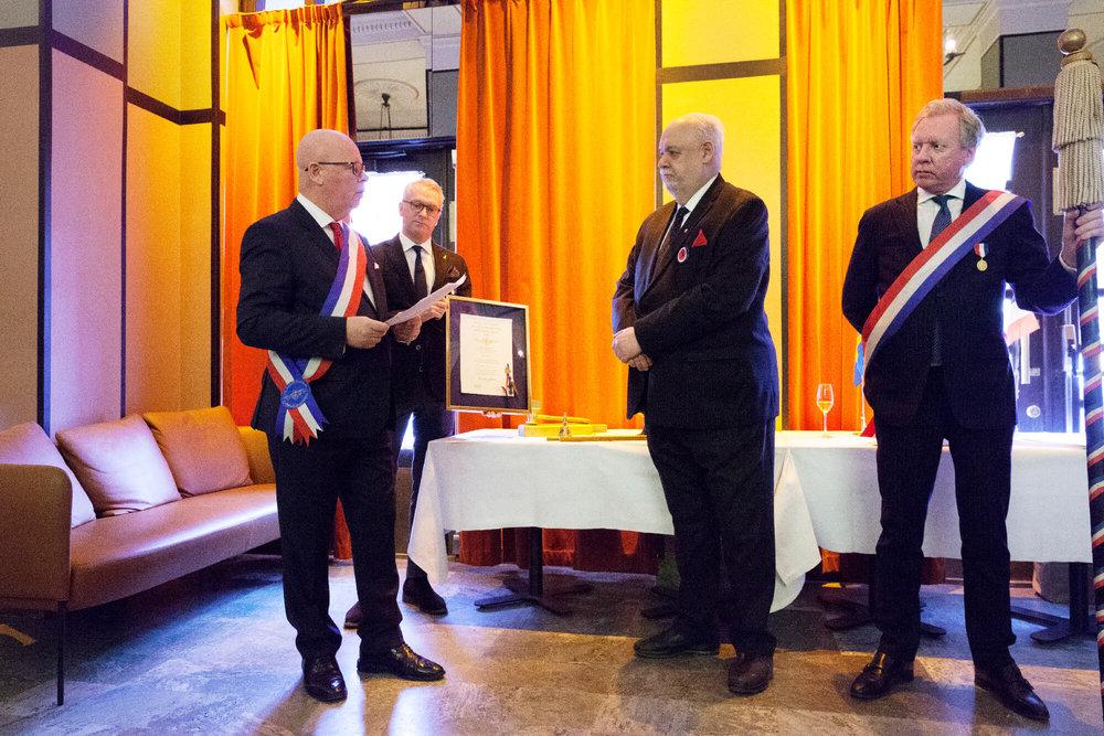 Ordförande och fadder Severin Sjöstedt välkomnar Jan Hedh som hedersledamot. Cermonimästare Per Nordlind och Jimmie Rundqvist övervakar
