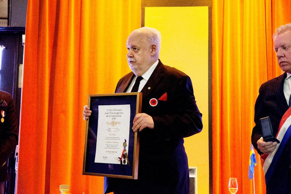 Jan Hedh tackar högtidligen för hederspriset