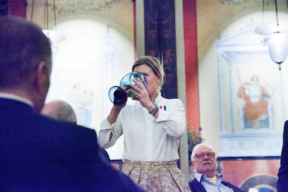 Anna Lallerstedt tömde traditionsenligt bägaren vid invalsceremonin