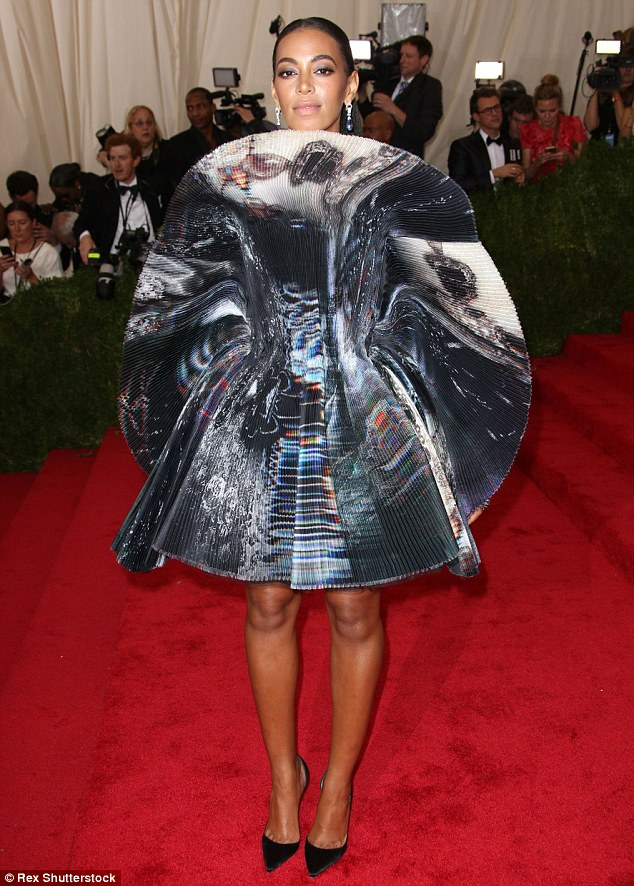 28501E9D00000578-3068103-Feeling_shy_Solange_Knowles_arrives_back_at_the_Met_Gala_after_T-m-2_1430782835750.jpg