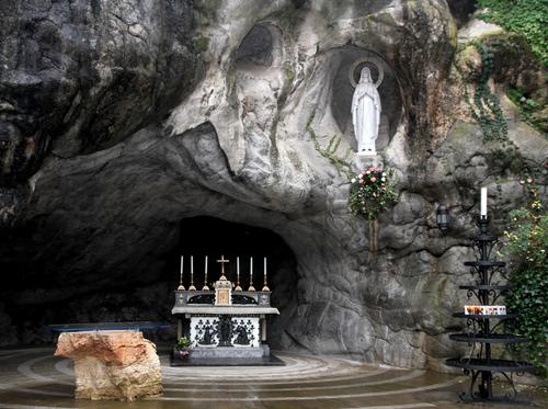 Minneapolis-Catholic-pilgrimage-lourdes.jpg