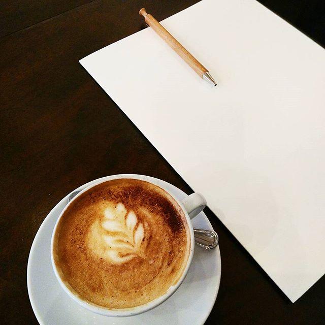 """Andere brauchen ihren täglichen Kaffee,  bei mir ist es laute Musik und Obst. Ohne den beiden bezweifle ich, dass ihr mir unter Tags begegnen wollt (sage nur """"unausgeglichen und agro"""" 😂 ). Ist dann noch zusätzlich Zeit zu meditieren und Yoga zu praktizieren, kann auch ein anstrengender Tag auf mich zu rollen, ohne dass ich mich selbst verliere.  Was macht euch in der Früh startklar?  #breakfast #nocoffee #coffee #loudmusic #fruits #lotsandlotsoffruits #ausgeglichen #startindentag #goodmorning #mentalität #ausgeglichen.  #trustyourguts"""