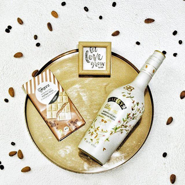 Feiern auf die vegane Art und Weise 🎉 Veganz liefert jetzt auch nach Österreich! Am Bild: Weiße Schokolade mit Kaffeenibs und veganer Bailys (alkoholisches Mandelgetränk) 🌱 Bis 14.Februar erhaltet ihr 20% Rabatt auf euren Onlineeinkauf!!! #veganzaustria #veganlove #veganfood #thatswhatveganseat #igersvegan #instavegan #veganbaileys #veganchocolate #veganeschokolade #veganfoodshare #mandelgetränk #veganeweisseschokolade #celebratetheveganway #foodforabetterlife #prsample @veganz #veganz