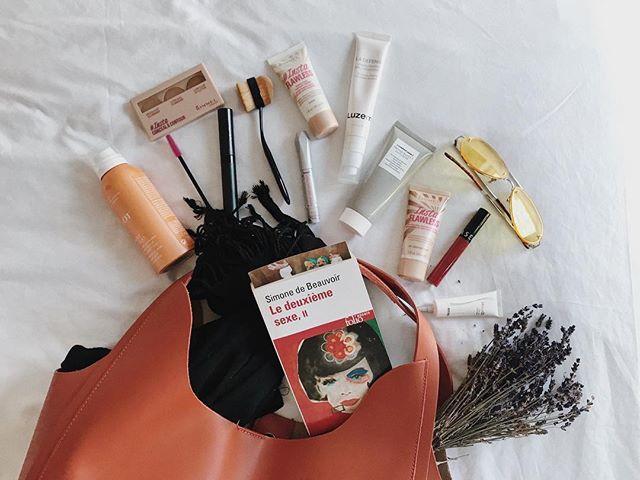 NOUVEL ARTICLE EN LIGNE 👋🏼 Les essentiels d'un fourre-tout par @alexemichaud - Lien dans la bio 💫 . . . . . . . #blogger #mtlblog #fashion #fashionblogger #fblogger #bblogger #beautyblogger #beauty #rimmellondon #lavander #payot #boutiqueskinenvie #sephora #benefit #blogpost