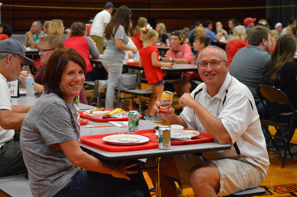 A couple enjoying the scholarship supper