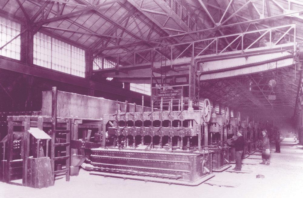 Le bâtiment 7 de l'aluminerie N.A.C. au début du 20e siècle.