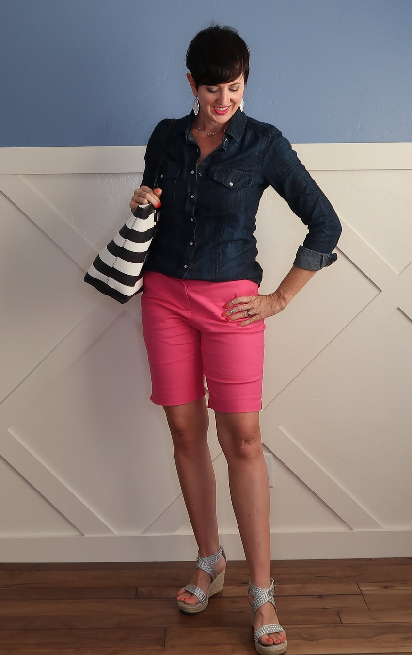 Bermuda shorts are so hard to style, but if you get a few details right, you can put together perfect casual or dressed up summer outfits. Get need ideas for the right shirts, sandals and accessories.