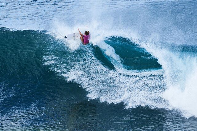 This is an image from 2015 that got lost amongst the millions of photos that I took on our travels around Canada and America!  It's one of the women competing in the Maui Women's Pro, during the World Surf League event in Hawaii. We just randomly happened to be travelling around Hawaii while the event was being held there! Serendipity to the max 😁 #surfing #surf #wsl #worldsurfleague #mauiwomenspro #maui #hawaii #sport #sports #sportsphotography #sportsphotographer #travel #travelphotography #travelphotographer