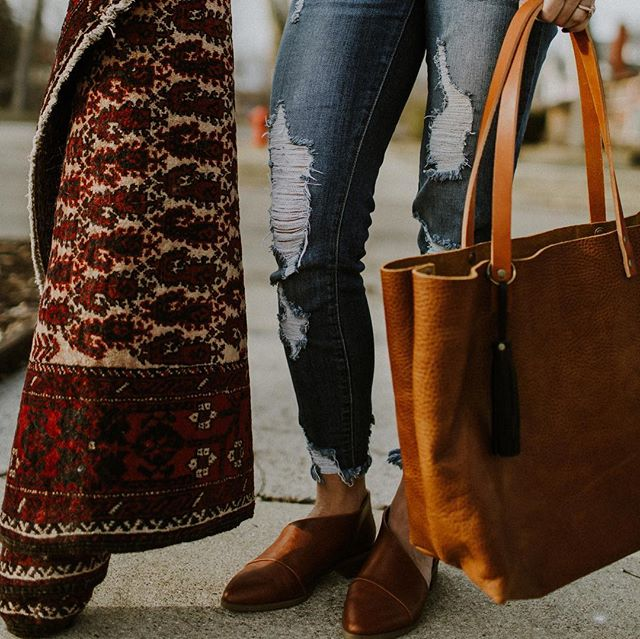 GIVEAWAY! 🎉🙌🏼🖤⁣⠀ ⁣⠀ I've teamed up with @portlandleather to giveaway a gorgeous, handmade leather tote AND one of my favorite Persian rugs from the shop. You guys! It gets no better than this. Here is how to enter: ⁣⠀ ⁣⠀ ⎔ Follow @portlandleather & @thoughtfullythrifted⁣⠀ ⎔ Like this photo on both accounts. ⁣⠀ ⎔ Tag 3 friends who might want to enter!⁣⠀ ⁣⠀ That's it! On Tuesday evening, we will announce the winner in our stories. Get to tagging! 😉⁣⠀ ⁣⠀ This giveaway is not affiliated with Instagram. Must be a US resident and 18 years of age to enter. Good luck!  Photography: @sweetlemondropphoto