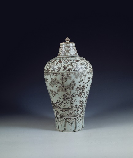 A meiping (plum vase) jar from the Zhengtong emperor's reign (1435-1449) features a copper red underglaze, a colour effect so difficult to achieve that it was considered especially suitable for elite use. (Image curtesy of the Nanjing Museum/Nomad Exhibitions)