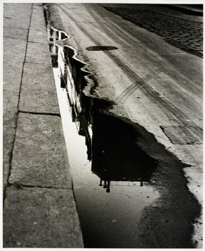 Ilse Bing, Rue de Valois, Paris, 1932, gelatin-silver print, (Image courtesy of Victoria and Albert Museum, London)