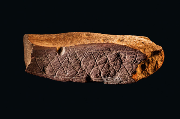 Red ocre incised brick, 75,000 years old from Blombos Cave, South Africa (Image courtesy  of National Georgraphic, Italy)