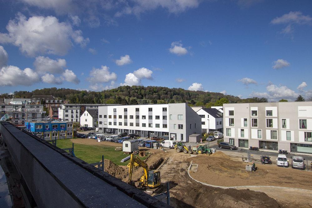 Blick auf Lousberg & Park zwischen New LIving und Wohnsiedlung