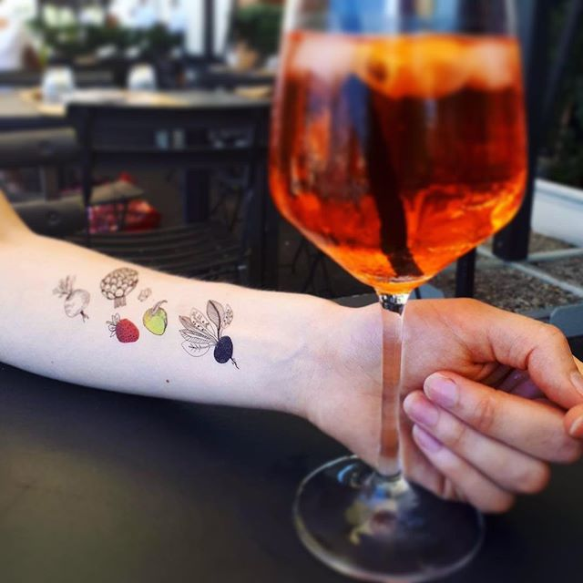 Catch up with your friends and enjoy 🍹 cocktails #bar #drink #spritz #temporarytattoo #goout #lifestyle #friends #vacation #tattoo #cocktail #alcohol #out #holiday
