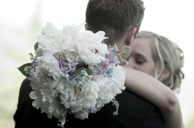 All white bridal bouquet for a Breckenridge, Colorado wedding. | photo[jameephotography.com]