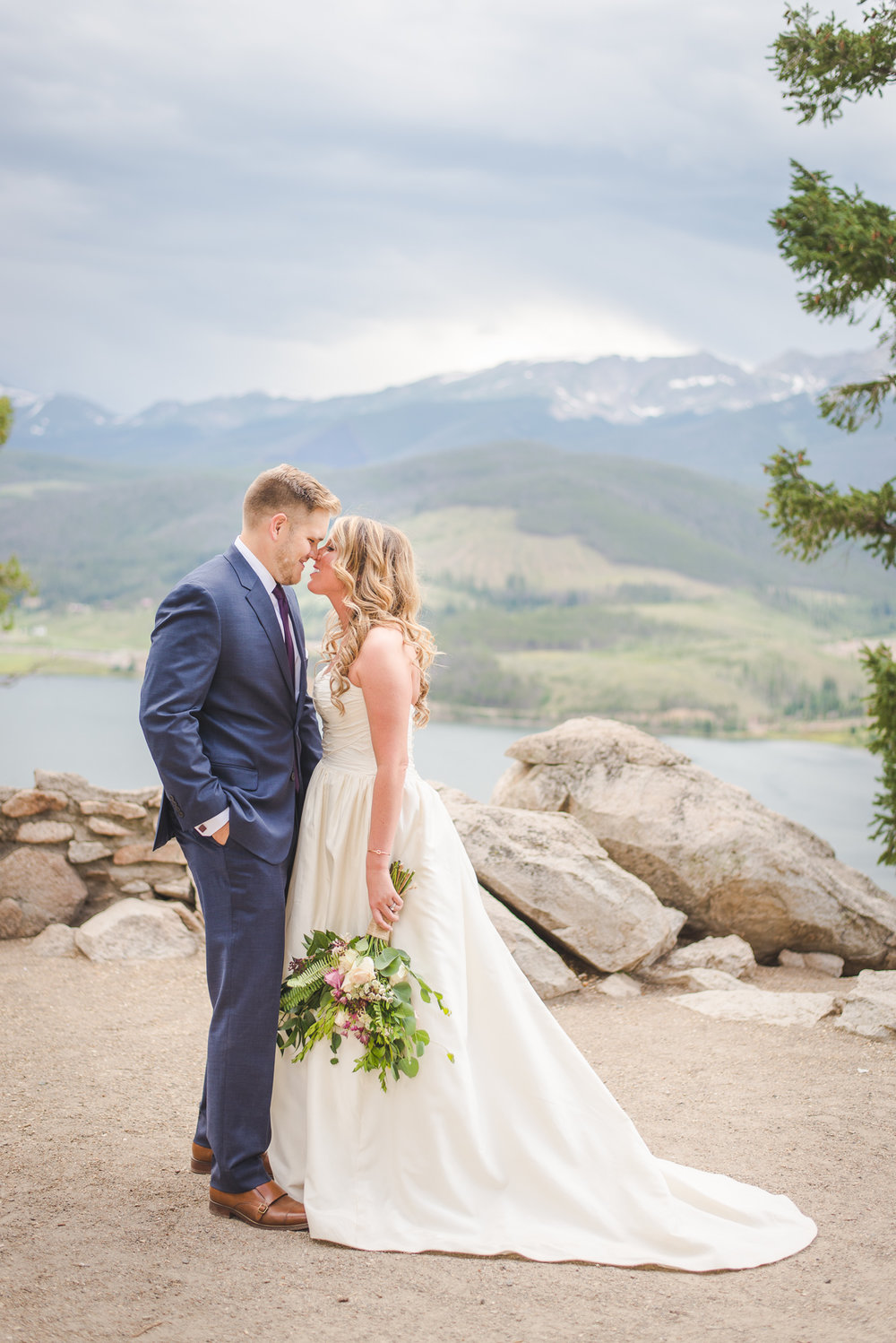 colorado bride and groom small wedding by lake dillon | summit mountain weddings | woodland breck florals