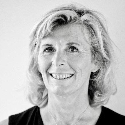 Hélène Jauneau - Depuis plus de 20 ans à la DRH du groupe AXA. Formée au Coaching à l'IGB.J'ai créé MANAGGIERE, un cabinet de conseil en management et Horses & Coaching pour permettre aux cadres dirigeants/managers d'expérimenter de nouvelles pratiques.