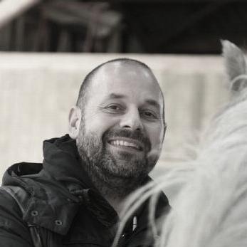 Eric Combes - Cela fait maintenant 25 ans que je ne quitte plus les chevaux . Après un diplôme en éthologie équine à l'université de Reine c'est vers le coaching assisté par le cheval que je me suis tourné avec Horses and Coaching puis une formation de coaching classique et bientôt de synergologie.Son site