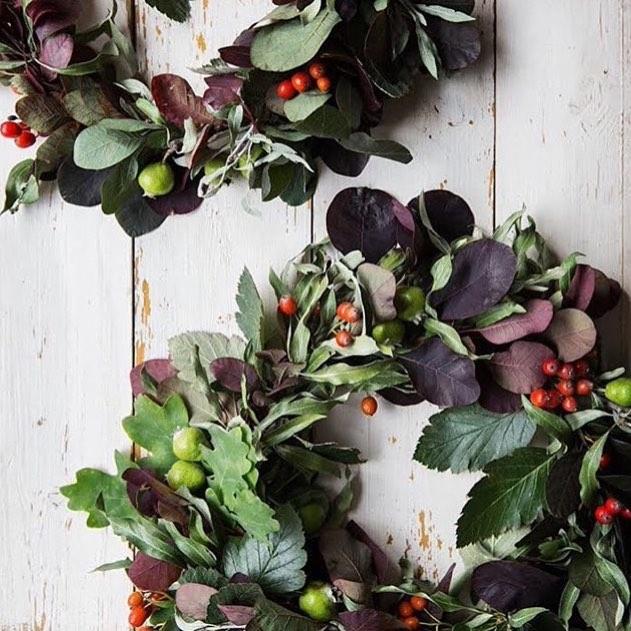 Kom och bind kransar! Den 18/10 skapar vi kransar med hjälp av höstens blommor och blad. Pris: 575kr Tid: 18-20. Inga förkunskaper behövs! Anmäl dig på skilladflorals@gmail.com