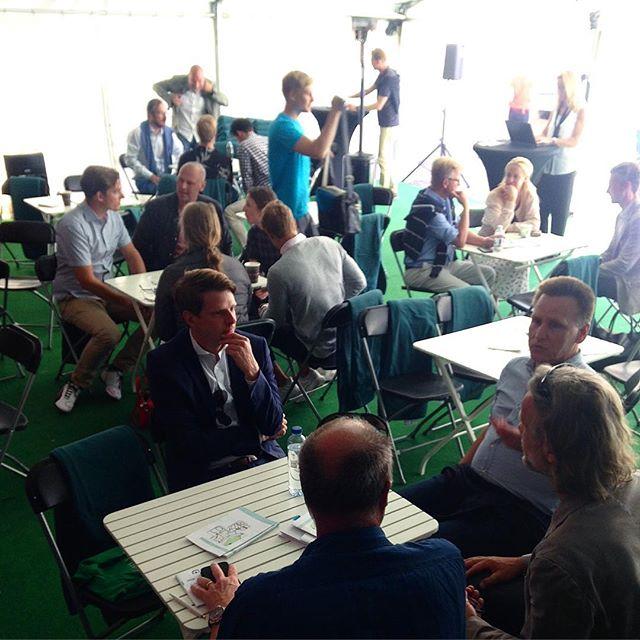 Gruppsamtal i full gång på Digidalen under Sveriges Digitala resa: företagande och digitalisering. #digidalen2017 #almedalen2017
