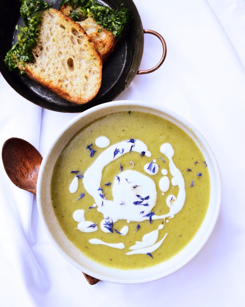 Крем супа от печени картофи и аспержи със сметана от извара -
